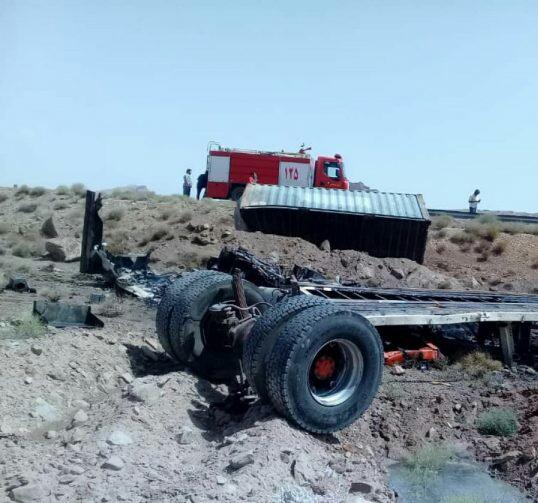 واژگونی تریلی در جاده راور زرند با دو کشته
